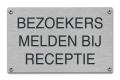 Bezoekers melden bij receptie tekstbord rvs